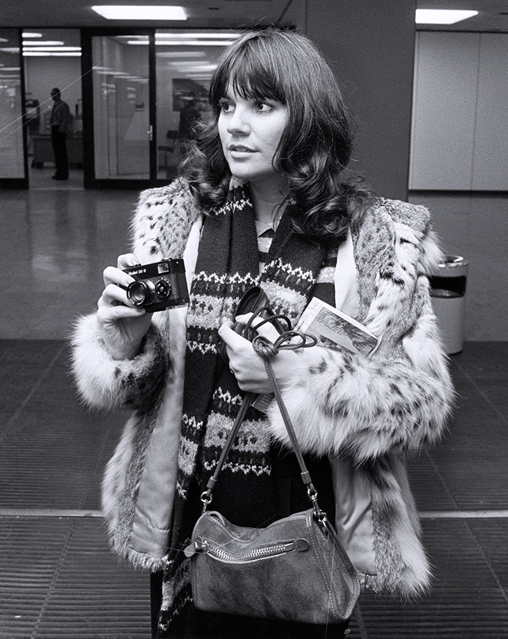 linda ronstadt 1976, younger linda ronstadt, american singer, rock songs, 1970s folk artists, netherlands airport