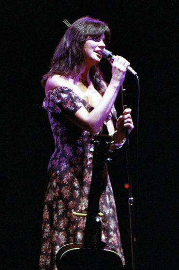 linda ronstadt 1977, younger linda ronstadt, american singer, in concert, rock singer,