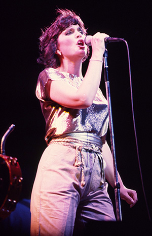 linda ronstadt 1981, younger linda ronstadt, ronstadt in concert, 1980s rock singers, american folk singer