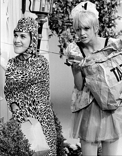 goldie hawn 1968, ruth buzzi, 1960s television series, 1960s tv musical comedy variety shows, rowan and martins laugh in, younger actresses