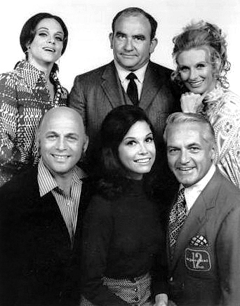mary tyler moore show cast 1977, mary tyler moore, mary richards, ted knight, ted baxter, cloris leachman, phyllis lindstrom, gavin macleod, murray slaughter, valerie harper, rhoda morgenstern, 1970s television series, 1970s sitcoms