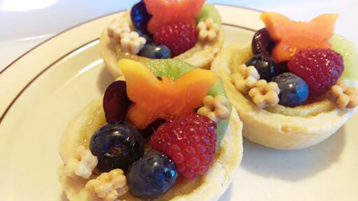 creative fruit tarts, creative baking recipes, my way is the pie way recipe, karen scully pie recipes, creative pie dough ideas, decorate fruit tart pie crusts, fruit tart crust designs, plunger cutter pie crust, creative baker, artistic hobbies,