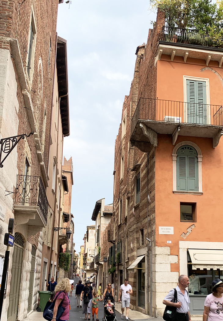 romeo montague family home, william shakespeare tragedy, romeo and juliet play, verona italy attractions, what to see in verona italy,