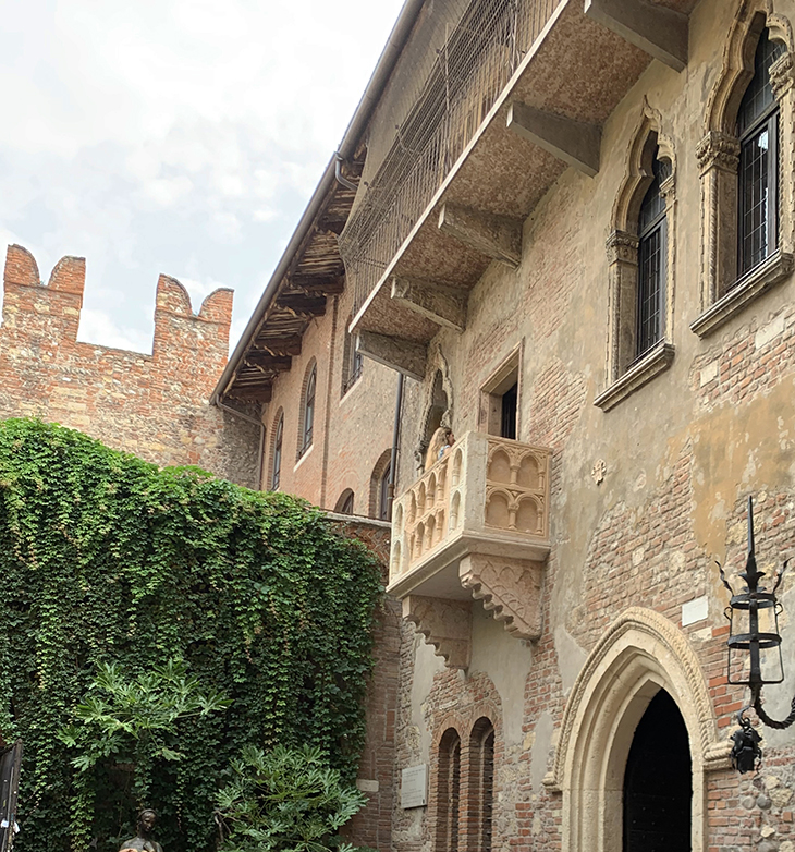juliet capulet balcony, juliet statue, capulet family house courtyard, william shakespeare tragedy, romeo and juliet play, verona italy attractions, what to see in verona italy,
