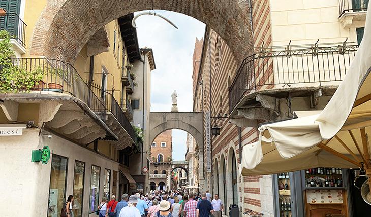arco della costa, whale rib arch, palazzo della ragione, piazza de signori, piazza dante, verona italy attractions, what to see in verona italy, statues,