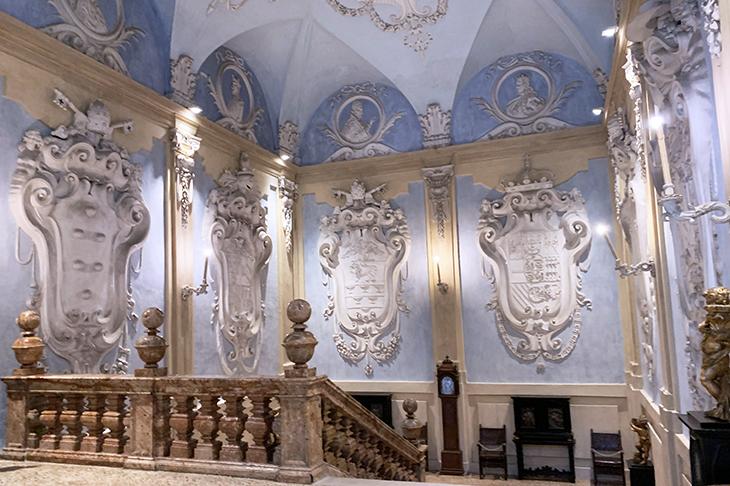isola bella palazzo, borromean summer palace, stairwell, coat of arms, borromea palazzo