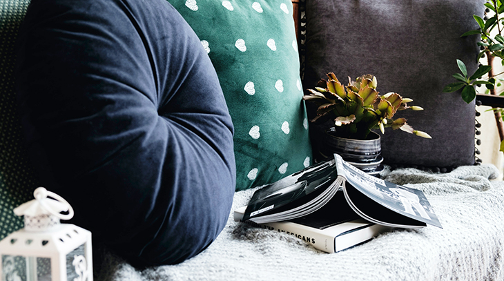 cosy, throw pillows, decorative throws, blankets, colorful, green, blue, grey, candle, lantern, greenery, plant, book, room decorating, comfortable